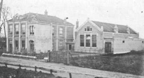 Oude gemeentehuis en school
